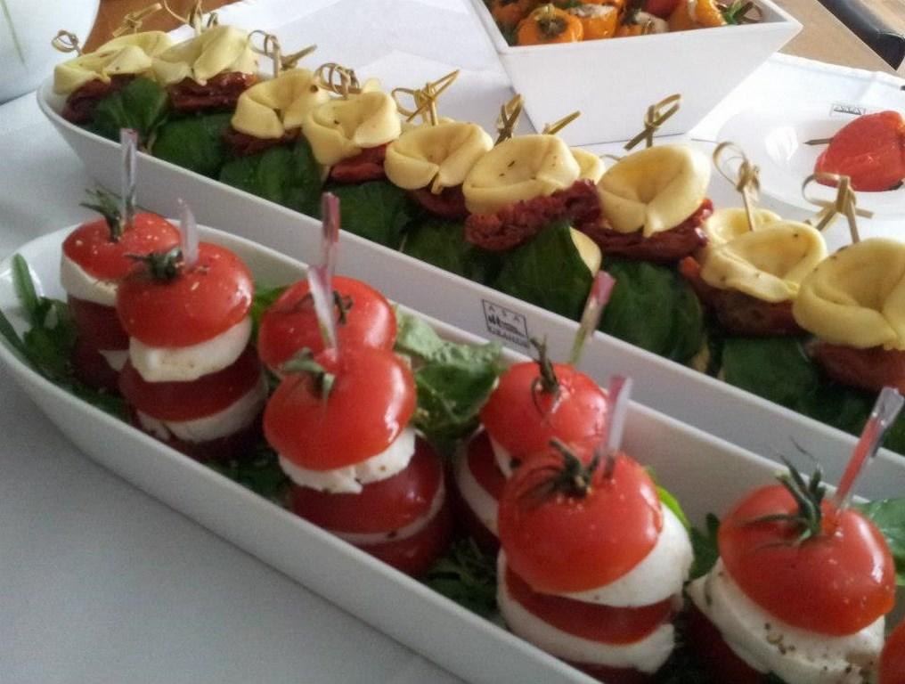 Inn-out Feinkost Catering Spirituosen Fingerfood flying buffet Tomate Mozarella Tortelini-Spiesse
