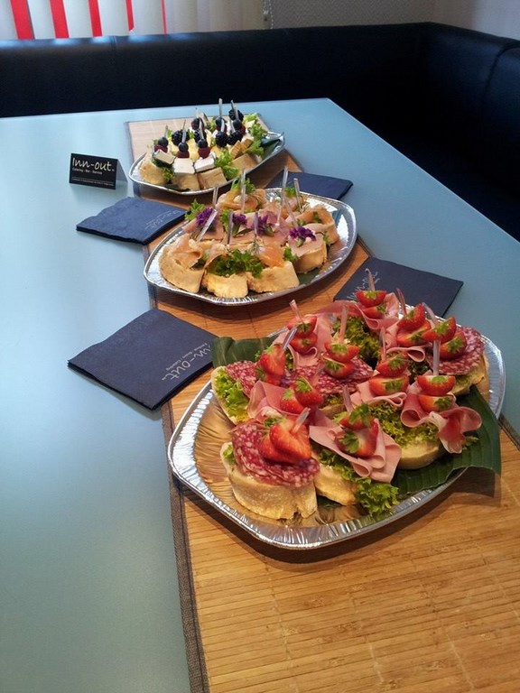 Inn-out Feinkost Catering Spirituosen Fingerfood flying buffet Loreal Friseur Schule Canape Platten mit Käse Salami und Lachs