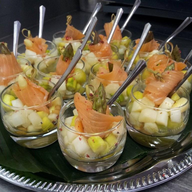 Inn-out Feinkost Catering Spirituosen Fingerfood flying buffet Lachs mit Spargel